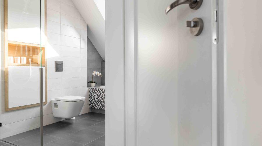 Cuarto de baño moderno en Barcelona Gava Mar- reforma integral de cuarte de baño con plato de ducha a nivel y bañera- sanitario-lavabo-WC suspendido- grifería-Mampara-mueble empotrado-cerámica porcelanica en suelo y pared- extracción- instalaciones de agua y luz- puerta lacada en blanco