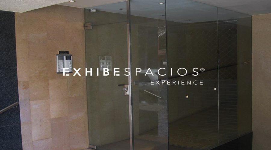 Vestíbulo LES CORTS puerta de entrada acero inoxidable en comunidad de propietarios en Barcelona