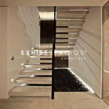 pintura y decoración de vestíbulo y escalera comunitaria en Barcelona con iluminación LED