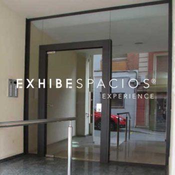 puerta de entrada en vestíbulo de comunidad en Barcelona CRISTAL