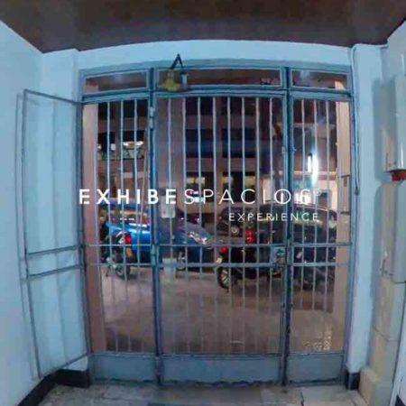 entrada de hierro a edificio en Barcelona por puerta de entrada de acero